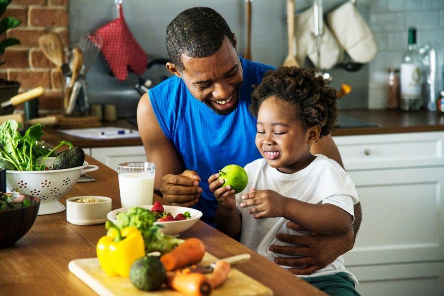 padre hijo cocina sana