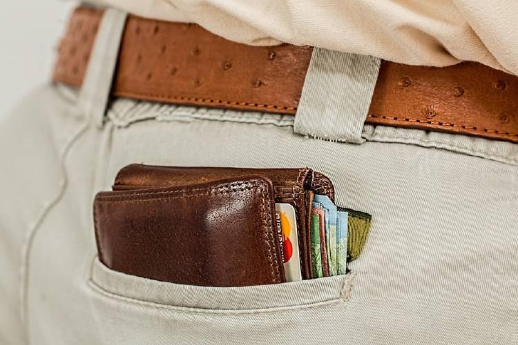 hombre con billetera en el bolsillo trasero