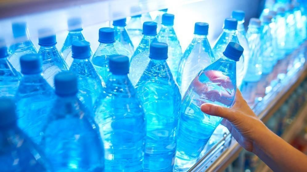 Se prohibirá la venta de agua en botellas de un solo uso en edificios e instalaciones de las administraciones públicas