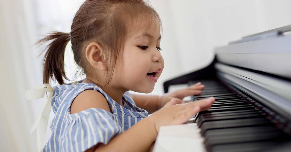 Tiene 2 años y escribe poesías y toca el piano: ¿qué se esconde detrás de los niños superdotados?