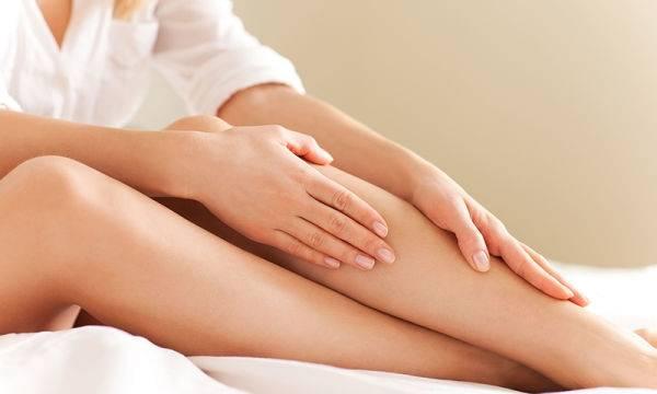 Una mujer se masajea las piernas