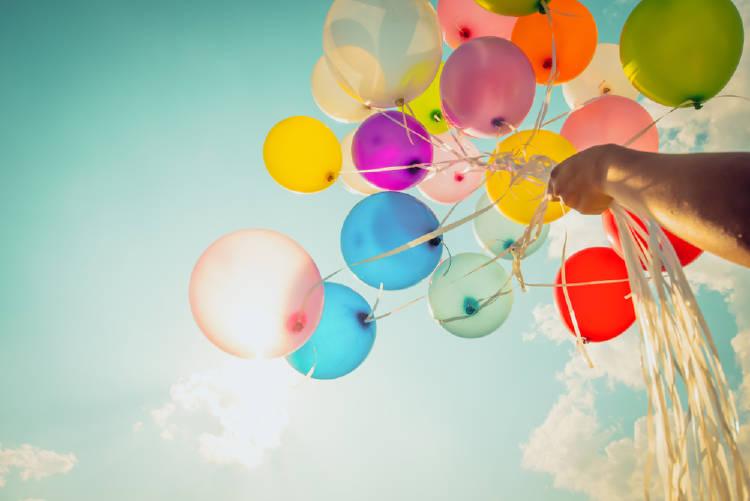 globos de muchos colores vuelan hacia el cielo