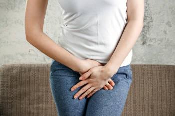 mujer con dolor vaginal
