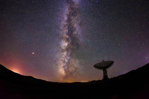 Detectan señales de radio que provienen de una galaxia lejana