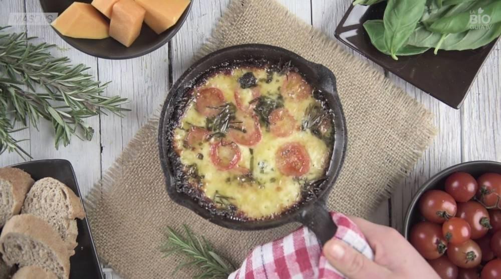 Gratén de quesos, tomate cherry y albahaca