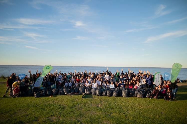 Voluntarios que participaron de la limpieza del Río de la Plata