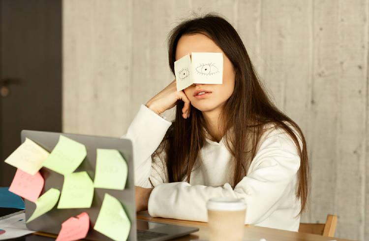 mujer trabajo cansada