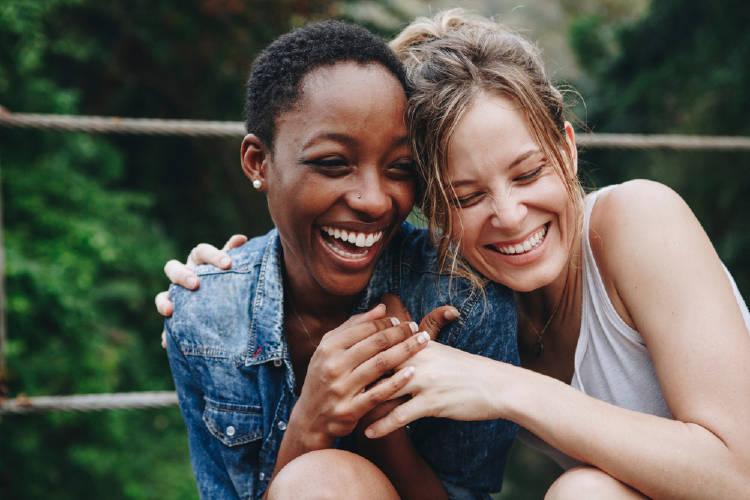 amigas abrazo lesbianas pareja