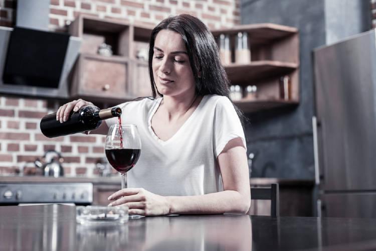 mujer toma vino