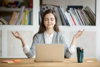 mujer medita y se relaja en frente de computador