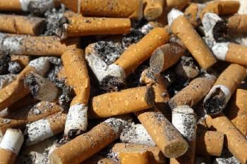 Colillas de cigarrillos tiradas en el suelo