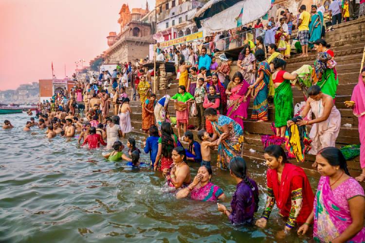 hinduistas se bañan en el ganges, el rio sagrado en Varanasi, India