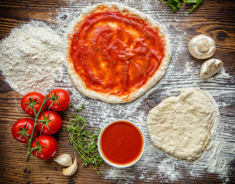Masa de pizza con salsa de tomate