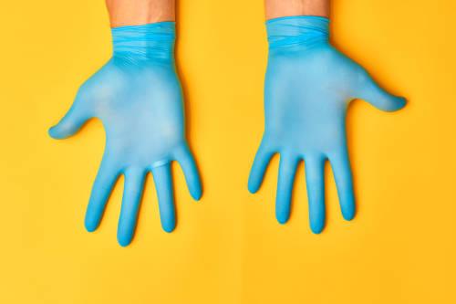 Los guantes desechables son menos seguros de lo que se cree