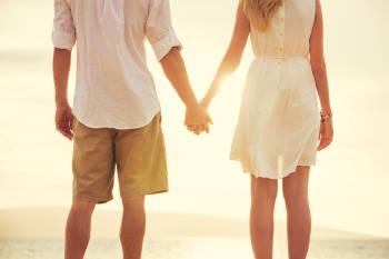 Una pareja en la playa