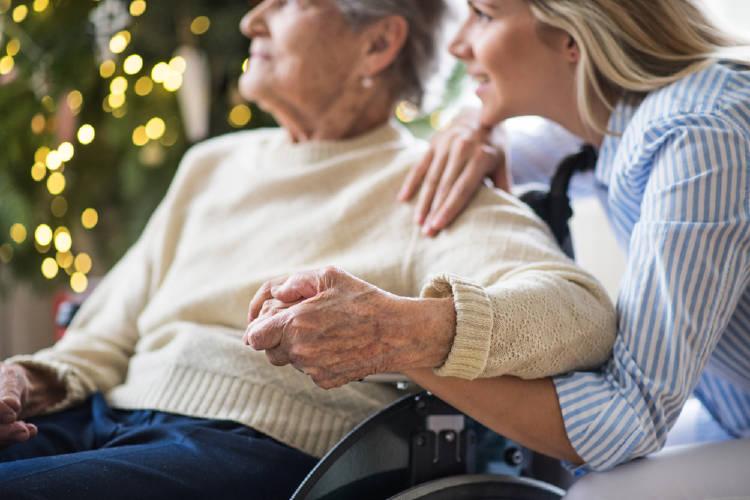 mujer y anciana empatia