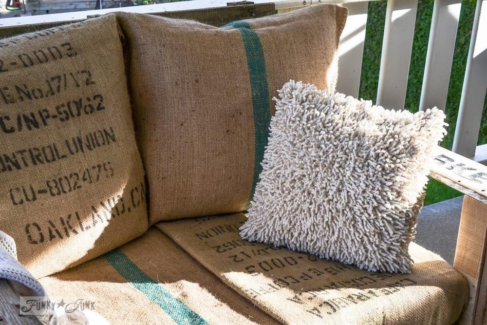 C mo hacer un sill n de pallets con almohadones de arpillera - Como hacer almohadones ...