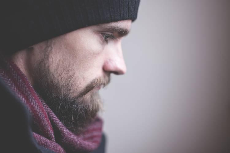 Un hombre con barba de expresión seria