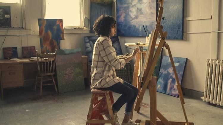 Una artista pintando cuadros