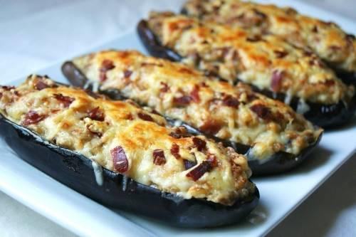 Berenjenas rellenas de champiñones y queso derretido