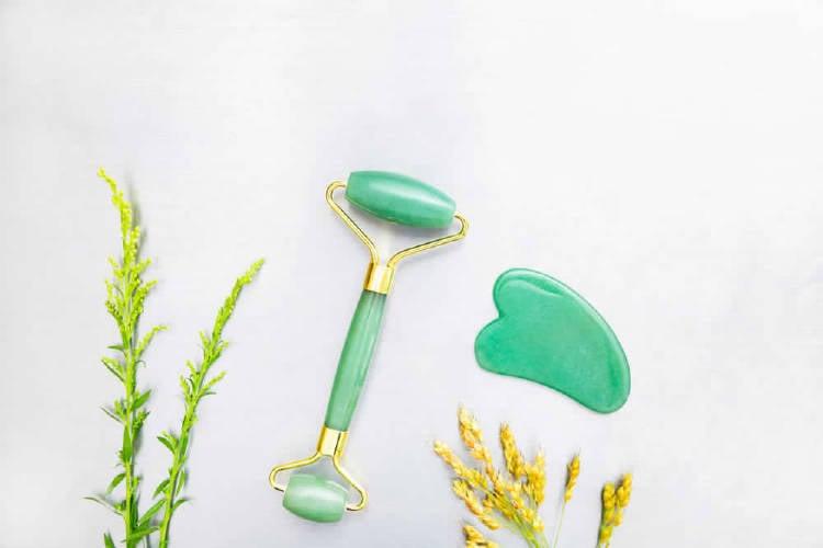 rodillo de jade y gua sha para realizar masajes faciales