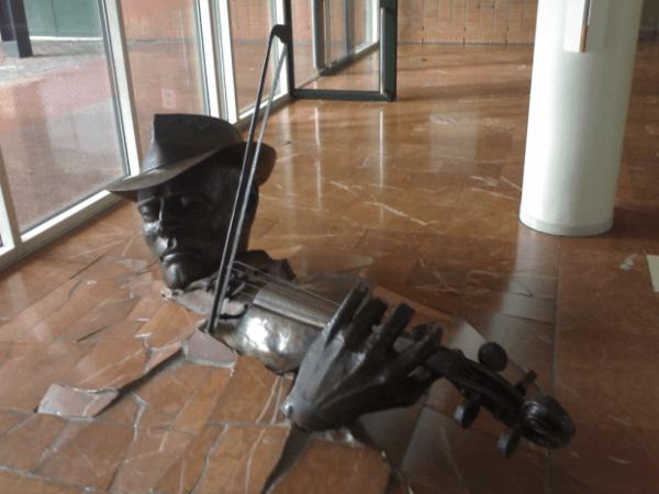 Violinista Estallando desde el piso, Amsterdam, Países Bajos