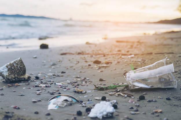 basura-playa-arena-mostrando-problema-contaminacion-ambiental_1150-6523