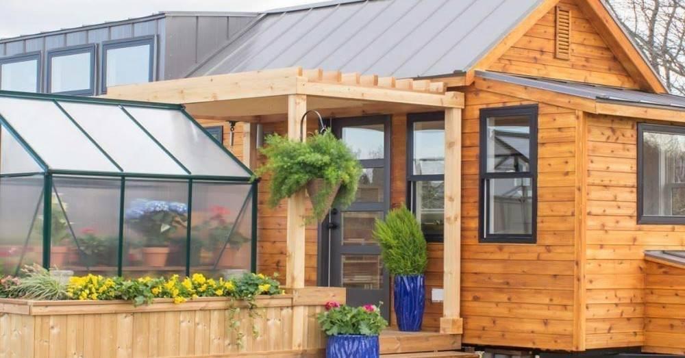 Esta pequeña casa cuenta con sólo 30 m2 y tiene hasta un invernadero