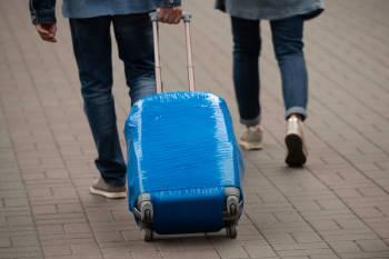 hombre maleta plastico