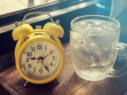 Agua un la bajo cama vaso de