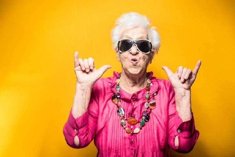 mujer de tercera edad con lentes oscuros feliz