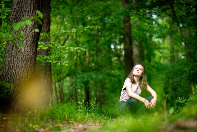 Niña en un bosque