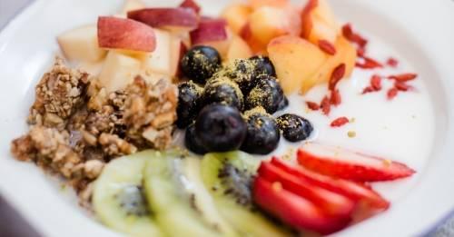 Súper raw bowl para comenzar el día a puro color y nutrientes
