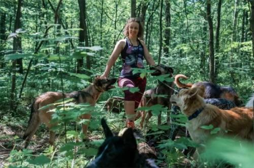 Mujer rusa dedica su vida a cuidar de perros callejeros en un bosque de Moscú