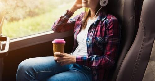 Bebidas que debes evitar cuando viajas para disfrutar y descansar bien