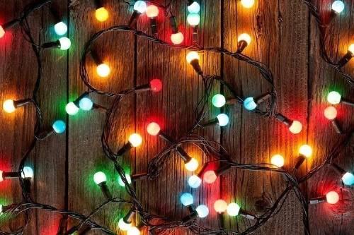 ¿Por qué jamás deberías tirar a la basura luces o adornos de Navidad?