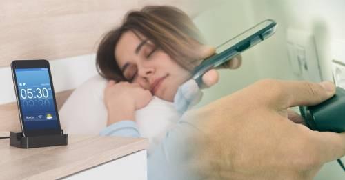 ¿Siempre cargas tu teléfono de noche? No deberías hacer eso nunca más y esta es la razón