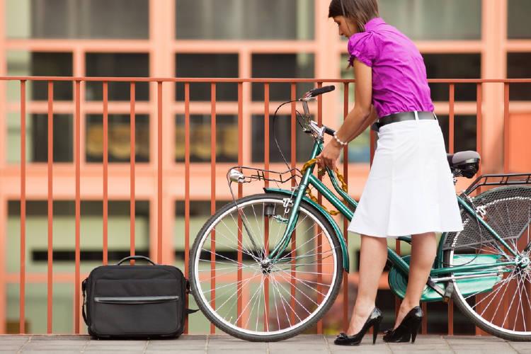 mujer trabajo bicicleta