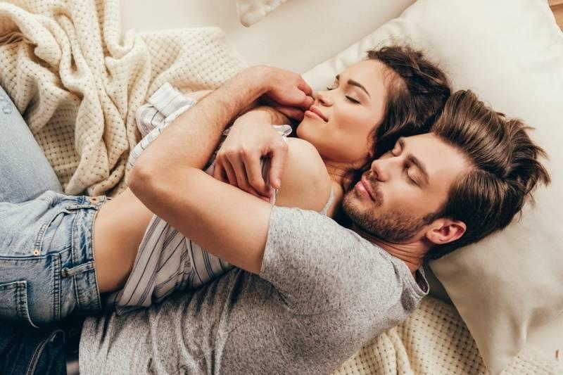 """¿Duermes """"cucharita"""" con tu pareja? ¡Descubre el enorme significado que tiene!"""