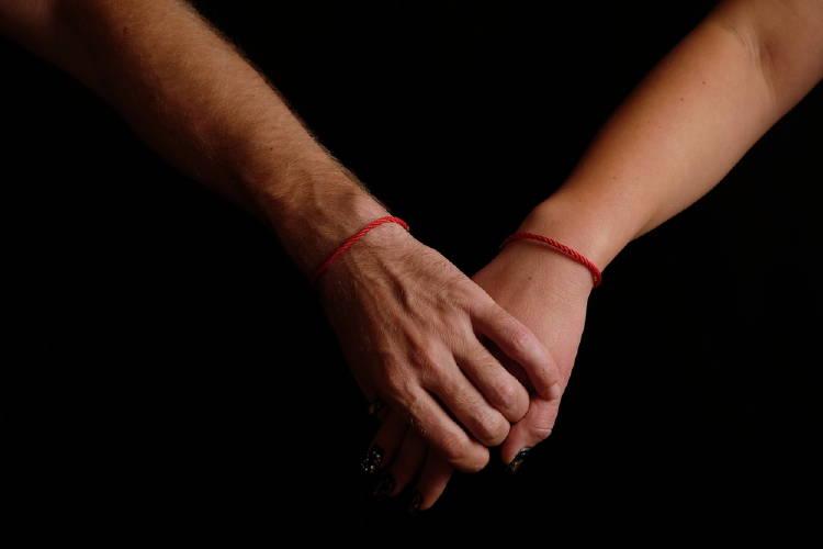 hilo rojo manos
