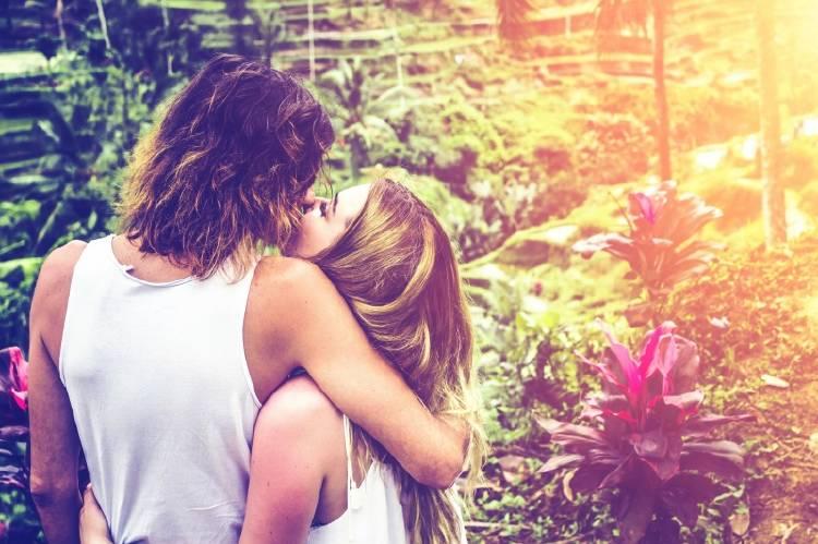 Una pareja abrazada en un ambiente con plantas
