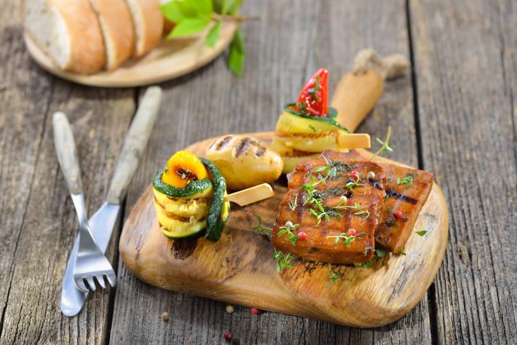 Seitan grillado acompañado de vegetales