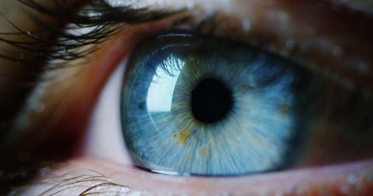 La tribu con una mutación genética que causa sorpresa por sus ojos azules y brillantes