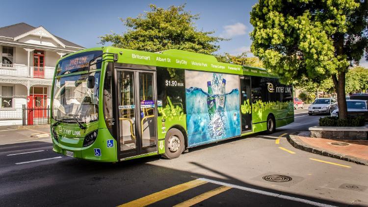 Paradas de autobús con paneles solares y techo verde