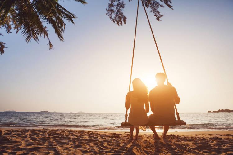 pareja hamaca playa