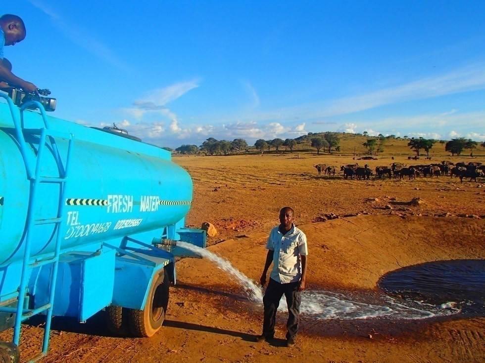 Este hombre lleva agua a los animales sedientos de África