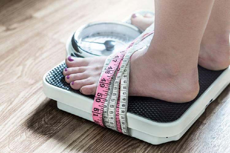 mujer con trastorno alimenticio alimentario obsesionada con su peso
