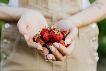 Mujer sosteniendo frutillas