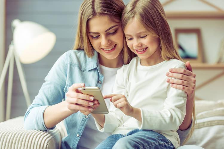 mama e hija con el movil
