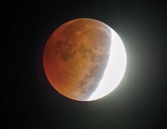 fotografía de la Luna durante un eclipse lunar parcial